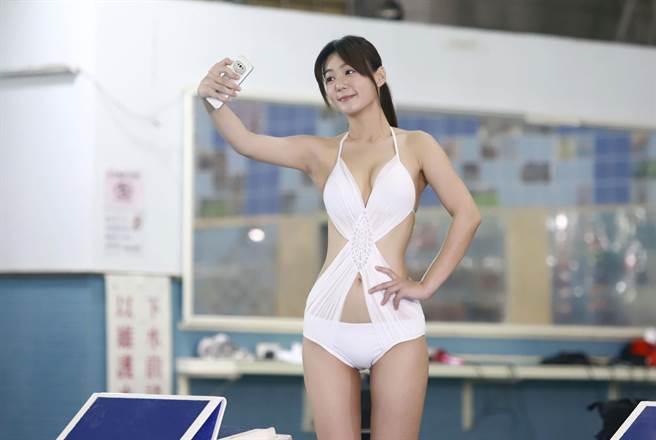 李又汝在《多情城市》穿泳裝秀出好身材。(民視提供)