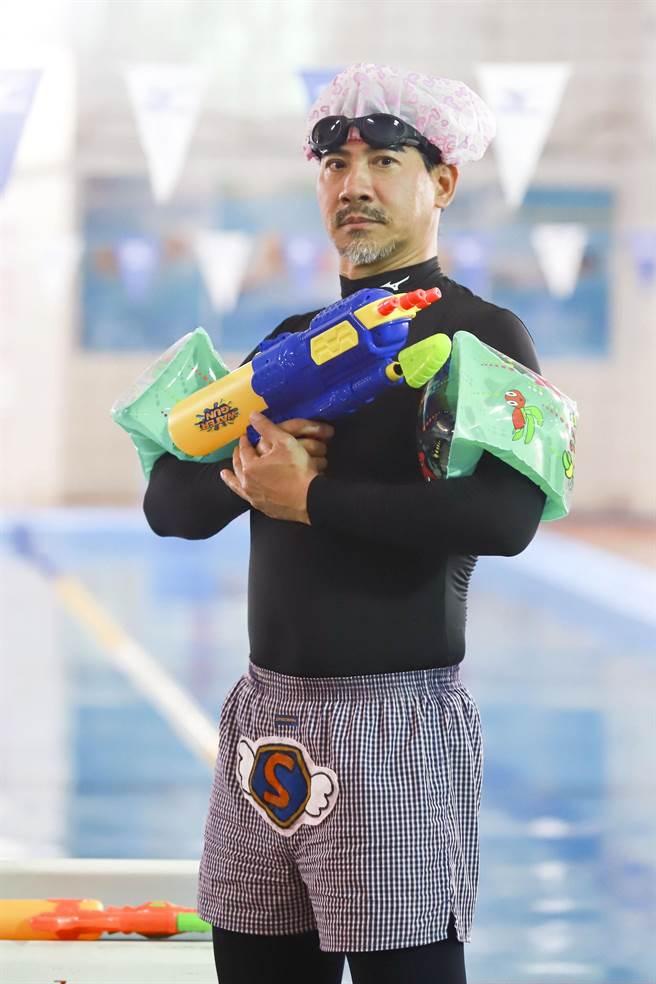 《多情城市》翁家明拍攝泳池戲,還將劇中常帶在身邊的水槍、蛙鞋都帶來現場。(民視提供)