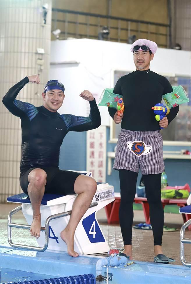 《多情城市》江俊翰(左)、翁家明(右)赴林口游泳池拍戲。(民視提供)