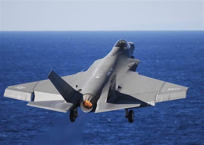 影》F-35C驚險起飛 幾乎觸到海水