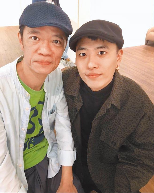 吳朋奉(左)與乾兒子陳泰樺情同兄弟。(陳泰樺提供)