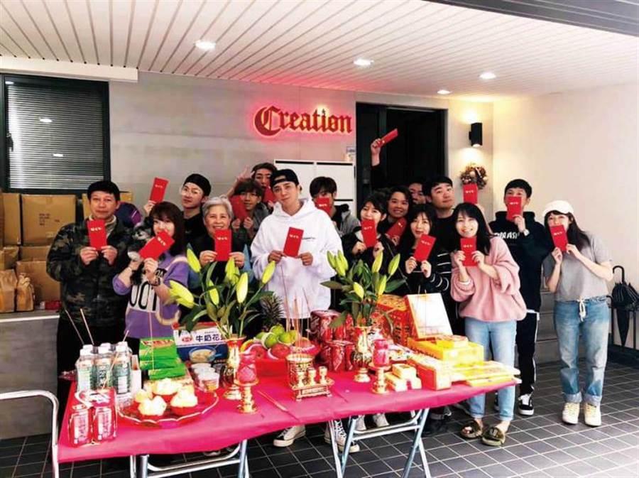 去年的開工日,羅志祥、羅媽媽和小霜帶著旗下藝人C.T.O與工作人員一起拜拜。(圖/翻攝自臉書)