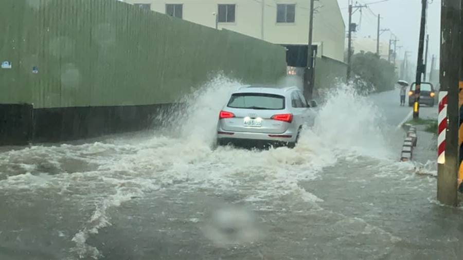 豪雨狂炸高雄!水淹沒輪胎畫面曝...他赤腳走去工作。(圖/翻攝自臉書粉專《改變趁現在!邱俊憲》)