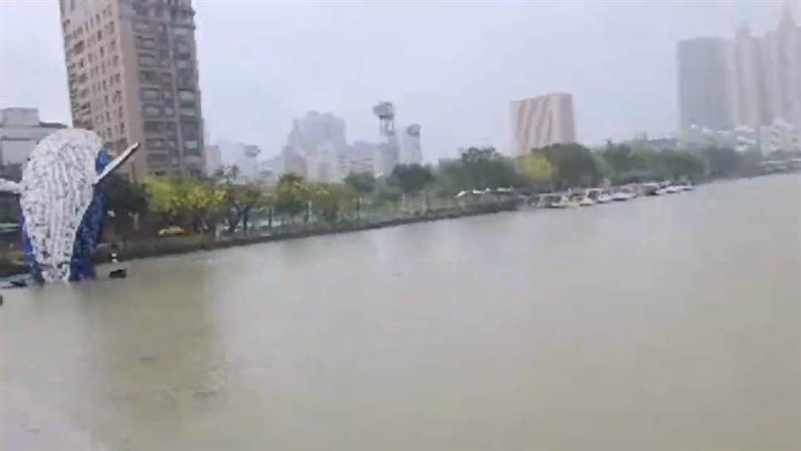 高雄今大雨滂沱,挺韓網友拍下愛河水位高漲。(圖/翻攝自 彌陀曾先生 直播畫面)