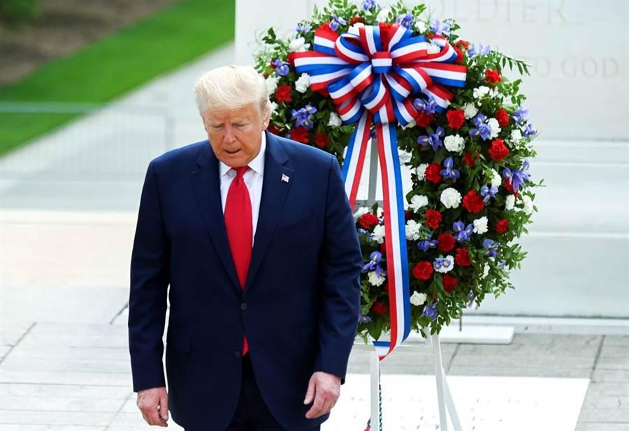 美國總統川普25日出席美國陣亡將士紀念日(Memorial Day)紀念儀式時,被拍到站不穩、身體前後搖晃。(圖/路透社)
