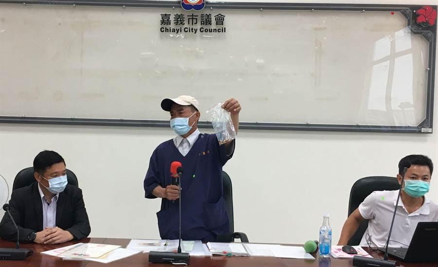 陳姓獸醫師日前由市議員陳家平(左)陪同開記者會,爆料動保園區的弊端。(廖素慧攝)