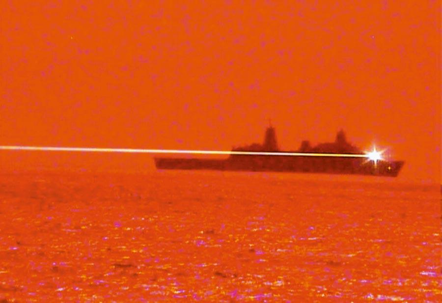 美軍船塢登陸艦「波特蘭號」於夏威夷珍珠港外海進行雷射武器試驗,成功擊落無人機。(取自美國海軍官網)