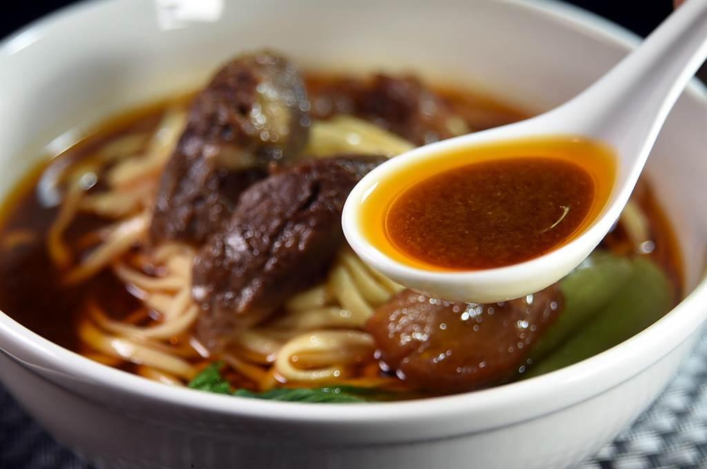 〈翟記牛肉麵食館〉的〈紅燒牛肉麵〉湯頭,是用牛骨為基底熬製,帶有早年外省眷村的「川味」。(圖/姚舜)