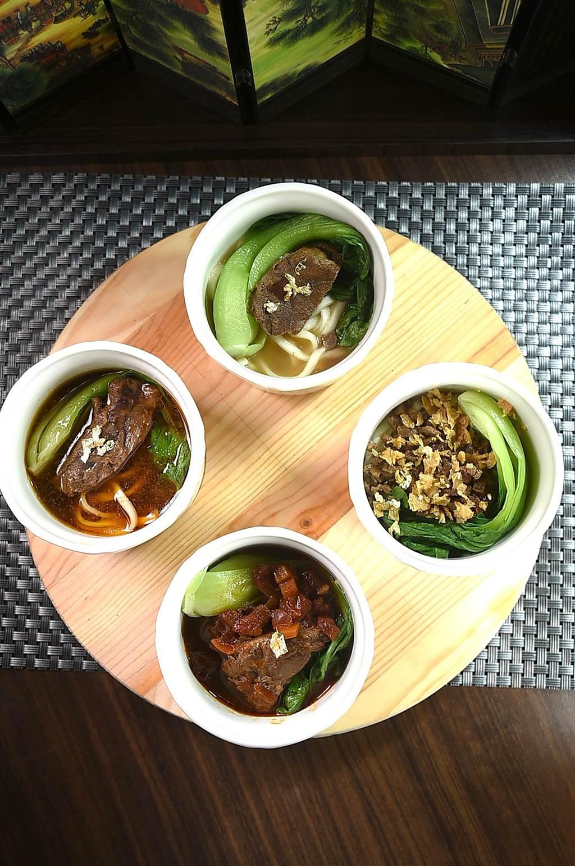 〈翟記牛肉麵食館〉的〈牛轉乾坤〉,以紅燒、清燉、番茄與炸醬等4種牛肉麵共構,讓消費者可同時享受4種味道。(圖/姚舜)
