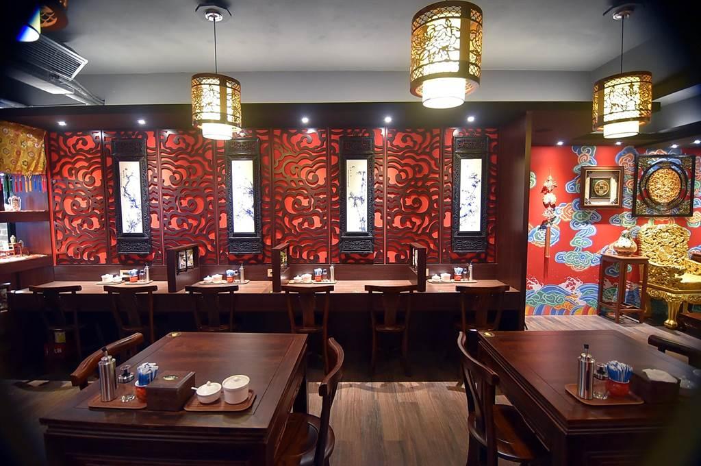 〈翟記牛肉麵食館〉的餐桌與桌 椅似明清朝代家具,裝潢古色古香。(圖/姚舜)
