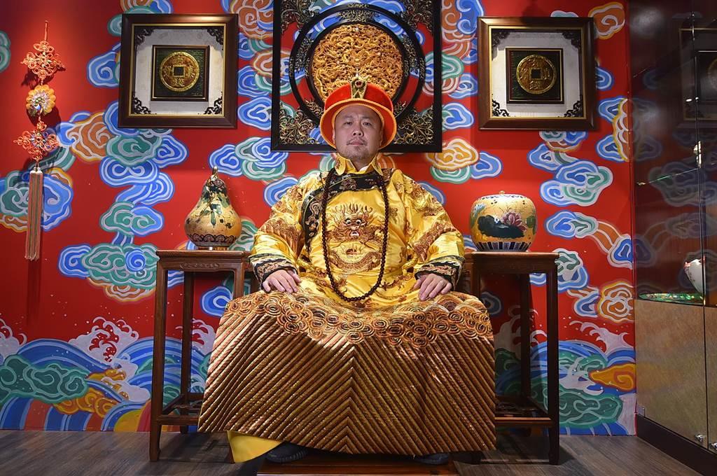 〈翟記牛肉麵食館〉在餐廳內布置了打卡區,客人可穿上餐廳準備的龍袍並座上龍椅,過過「當皇帝」的癮。(圖/姚舜)