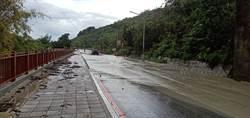 豪雨狂炸 高雄路面土石流、開車像在坐船