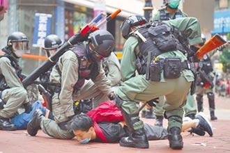 圍立法會抗議國歌條例 300人被捕