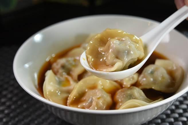 〈翟記牛肉麵食館〉的〈牛肉湯餃〉,餃子餡有「豬肉玉米」與「豬肉洋蔥」2種選擇。(圖/姚舜)
