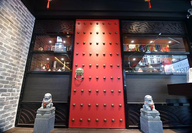 位在台北東區捷運國父紀念館站商圈的〈翟記牛肉麵食館〉,紅色大門頗有中國古代宮廷風。(圖/姚舜)