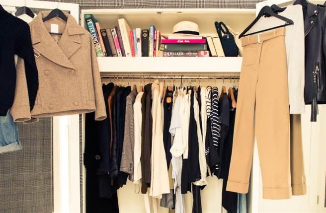 艾瑪華森大方公開自己的衣櫥。(圖/摘自The Coveteur官網)