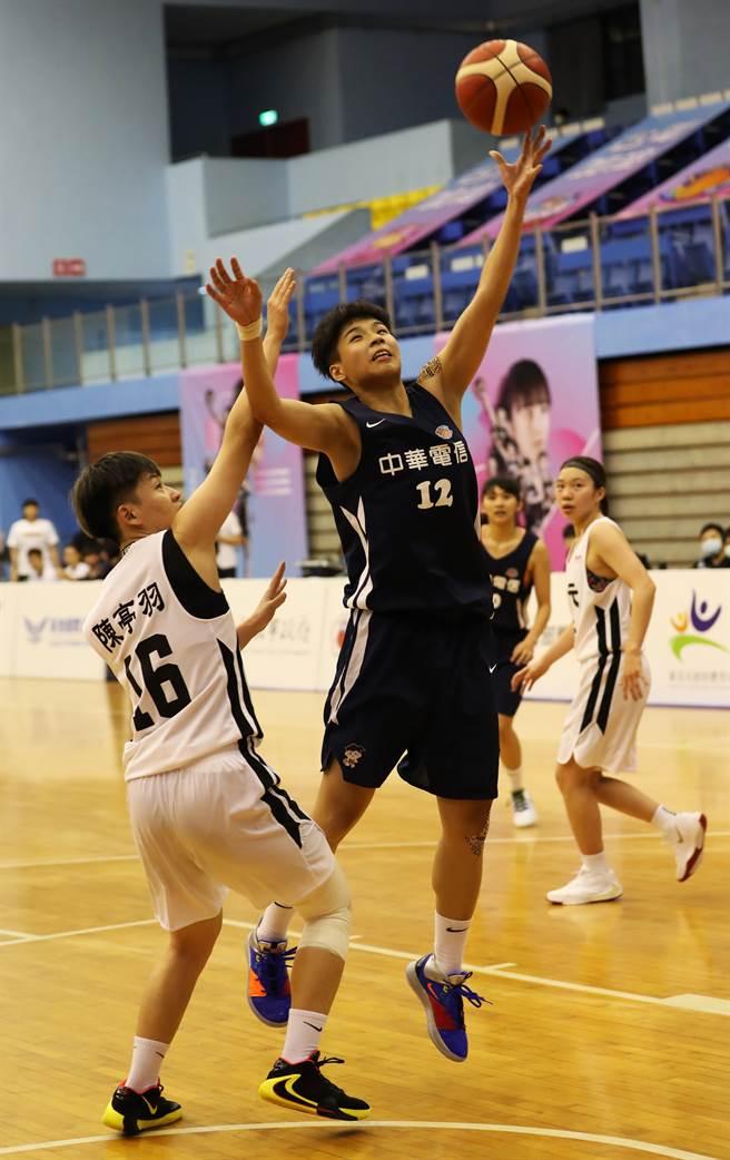 電信黃湘婷(前右)今天繳出26分、13籃板「雙十」數據。(中華籃協提供)