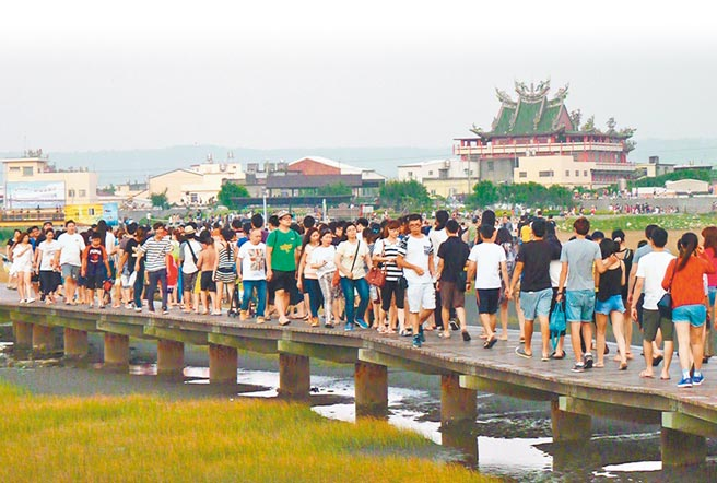 疫情趨緩,地方忙拚觀光,圖為高美溼地之前遊客如織。(本報資料照片)