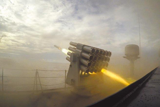 中美戰略對抗進入高風險時期,圖為解放軍海軍進行實際武器訓練發射干擾彈。(中新社資料照片)