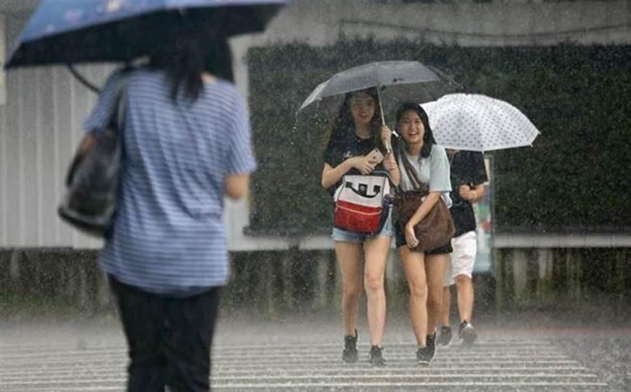 雨下不停,氣象專家賈新興預估6月還有梅雨鋒面來台。(資料照)