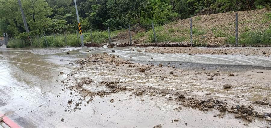豪雨狂炸!阿公店水庫往崗山之眼的路上,出現土石流與積水。(圖/翻攝自燕巢人大小事)