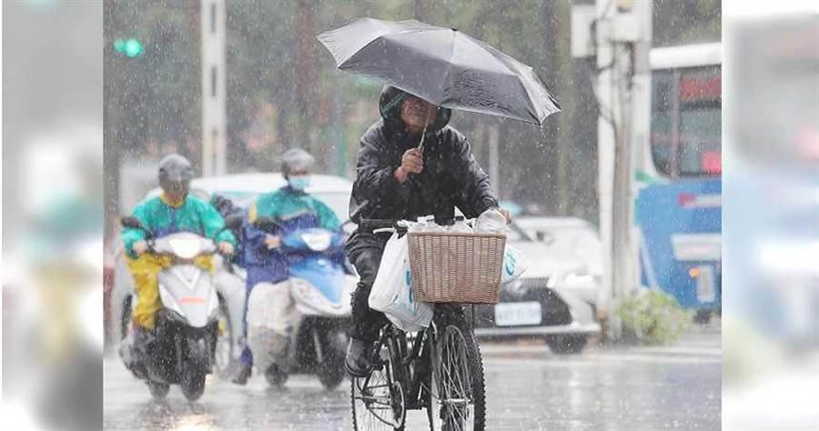 雨勢再升級!氣象局發布16縣市豪雨、大雨特報。(圖/報系資料照)