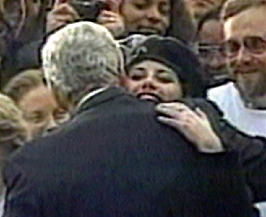 白宮前實習生呂茵斯基1996年11月6日在白宮草坪上熱情擁抱柯林頓的畫面。(美聯社)
