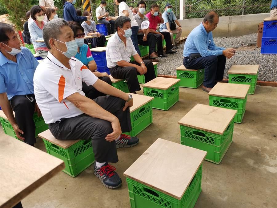 台南官田區公所社造替代役男鄒宜叡發揮專長,將官田農林試驗場變身地方創生基地,把廢棄木板變成展示架、桌椅。(劉秀芬攝)