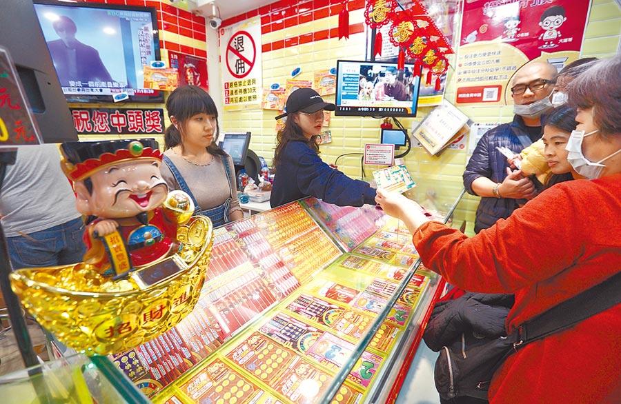 為振興經濟,讓公益彩券添買氣、彩迷添好運,台灣彩券昨宣布最新端午加碼活動。(張鎧乙攝)