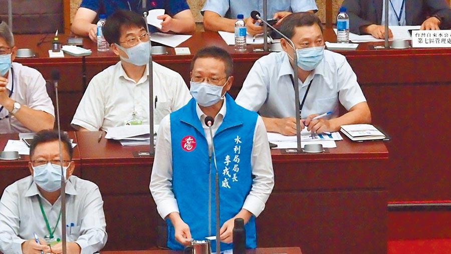 高巿府水利局長李戎威27日在巿議會農林部門備詢。(曹明正攝)