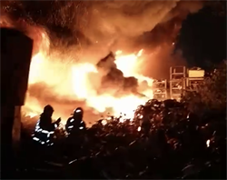 新北回收場傳火警 大火延燒兩間工廠