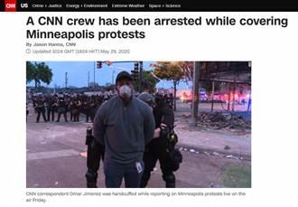 美警真狂!膝蓋殺人引暴動 黑人記者報到一半當場被上銬抓走