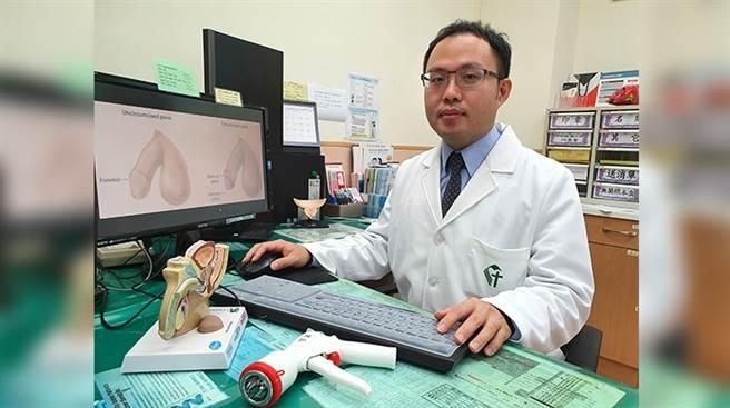 1名20多歲男大學生從小就有包皮過長困擾,包皮下方竟然形成一顆顆的硬塊,醫師仔細檢查後發現,原來是累積在龜頭與包皮間,陳年結塊的包皮垢。(圖/黃旭澤醫師提供)