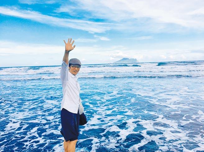 吳朋奉日籍前女友久保寺淳子昨在臉書貼出他在海邊的揮手照,像是道別模樣,令人鼻酸。(摘自臉書)