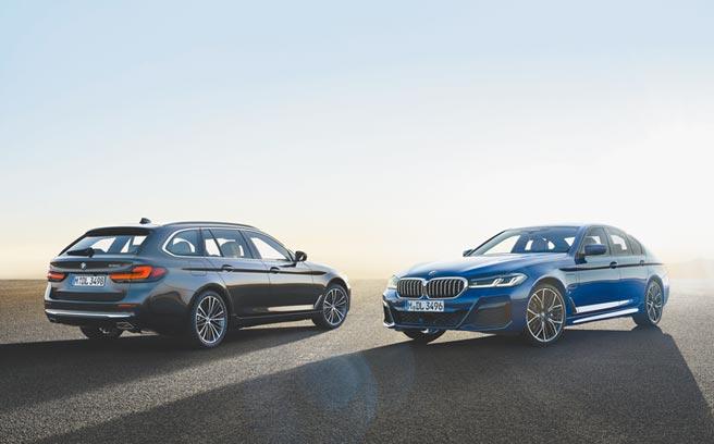 BMW 530e xDrive(右)為插電式混合動力,左前葉子板有充電插孔蓋板可供識別,左為BMW 530i旅行車。(BMW提供)