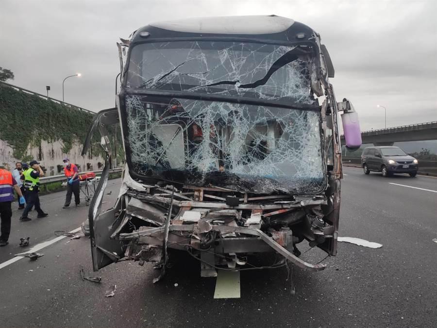 肇事國光客運車頭幾乎全毀。(桃園市消防局提供/楊宗灝桃園傳真)