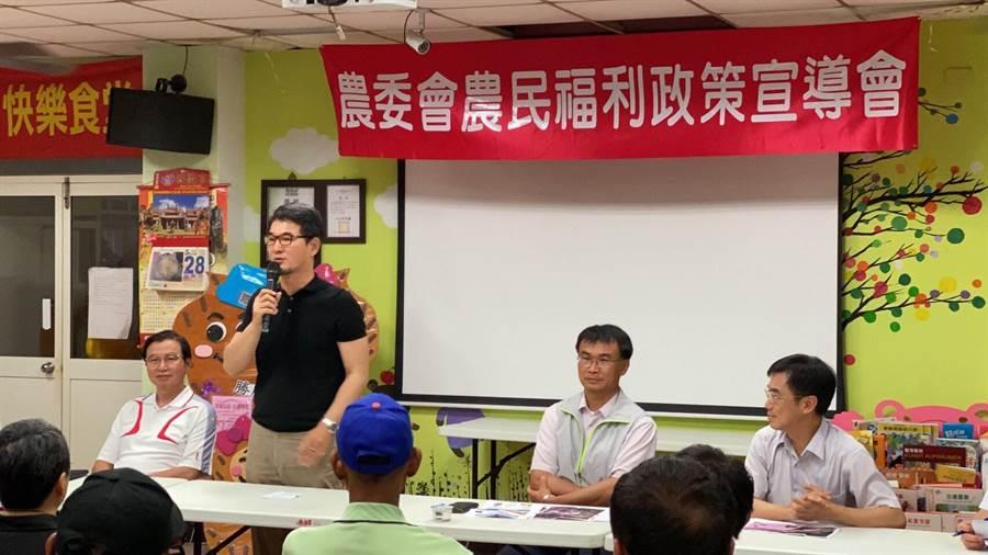 立委劉建國(左二)稱許農委會主委陳吉仲(左三)任內全面提升農民福利。(劉建國提供)