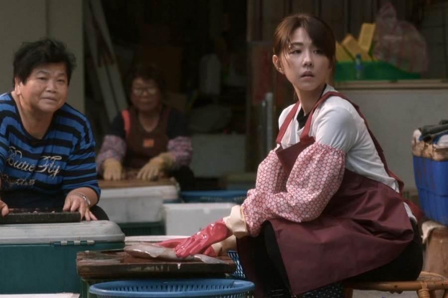 Yuki放棄酒店工作回歸漁村的純樸生活。(公視提供)