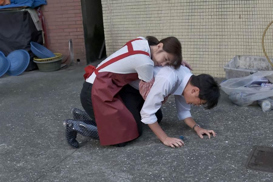 安西與Yuki兩人跪地痛哭。這場戲沒有什麼台詞,兩人卻很在狀態裡。(公視提供)