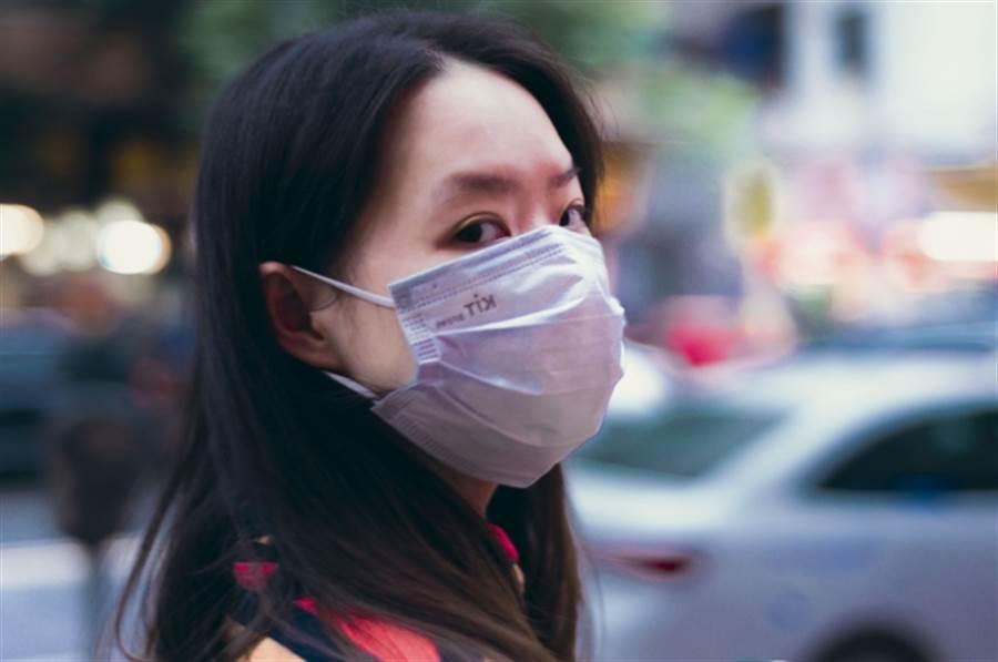 現在還要戴醫療口罩嗎?感染科名醫這樣說 (圖/pixabay)