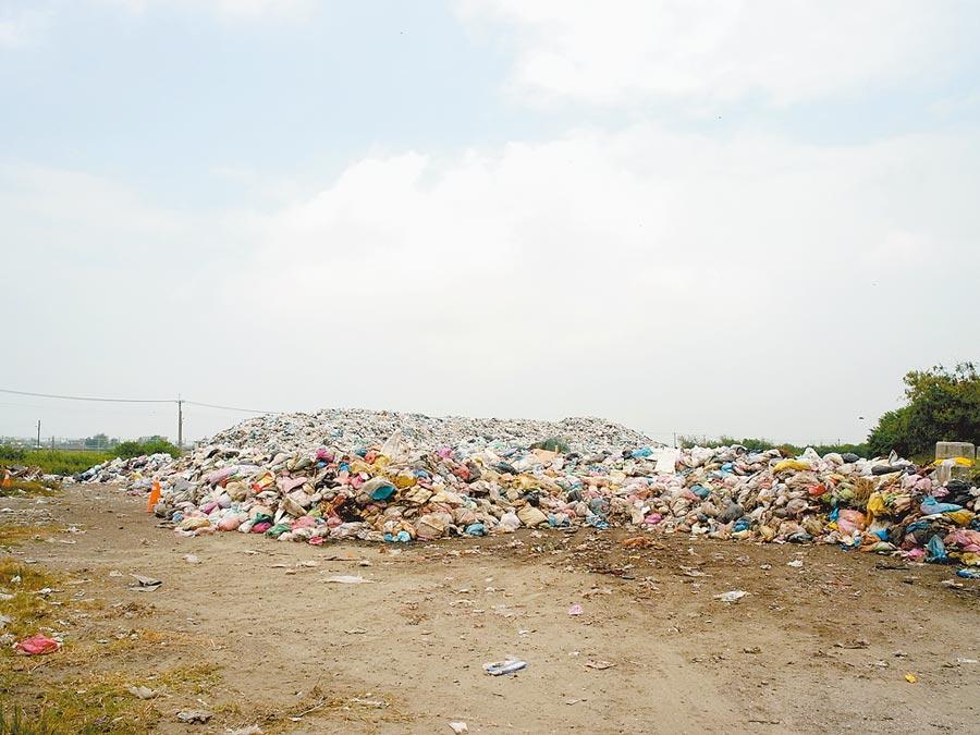 雲林縣口湖鄉2800餘噸垃圾山,預計於9月底清除完畢。(張朝欣攝)
