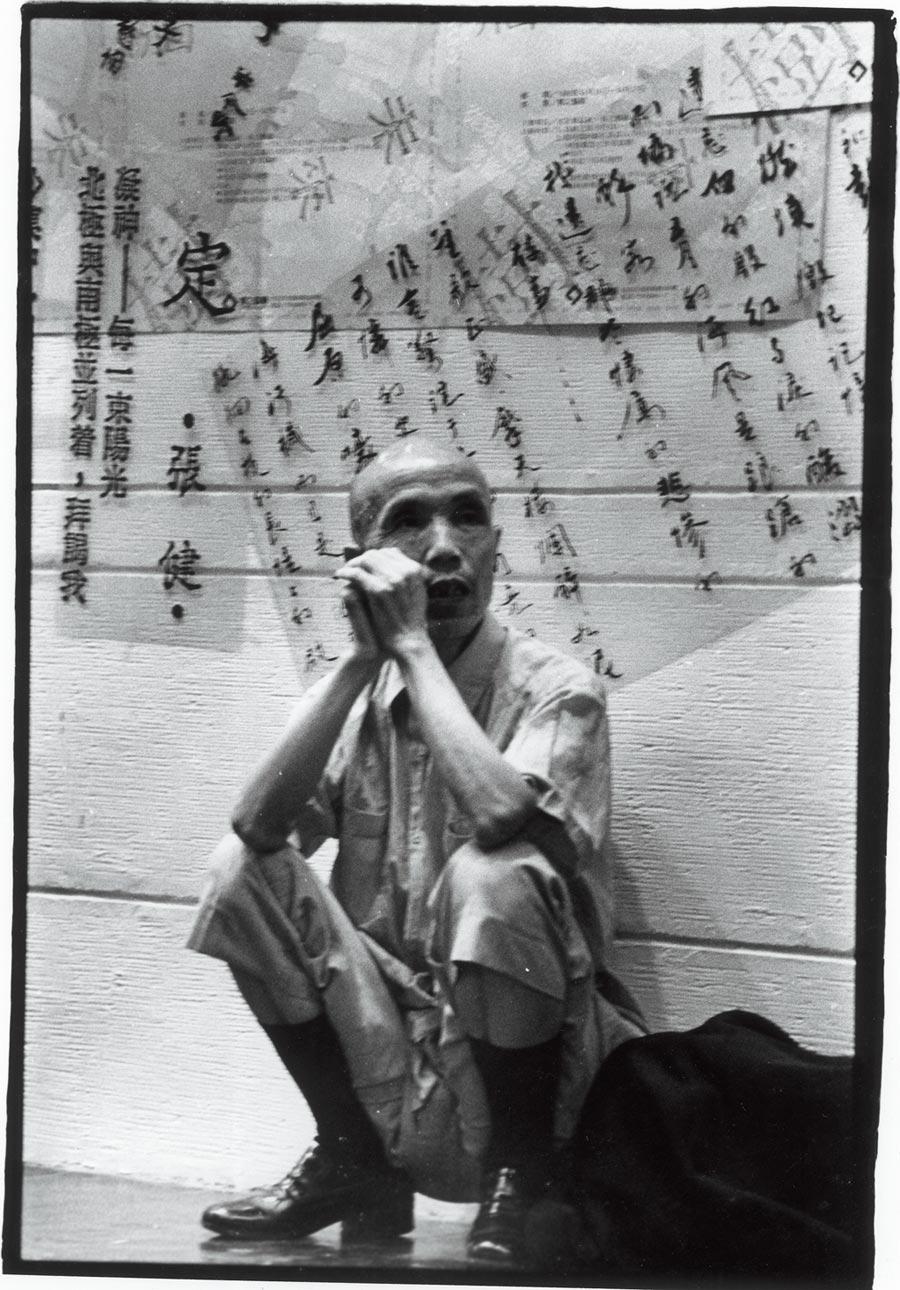 潘小俠在明星咖啡館拍攝詩人周夢蝶。(潘小俠提供)
