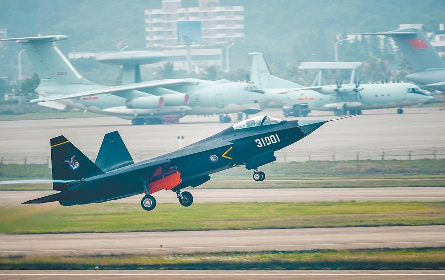 2014年11月10日,解放軍殲-31在珠海航展上大展雄姿。(新華社)