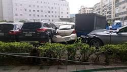 八旬老翁疑身體不適闖紅燈  開車撞進停車場釀3傷