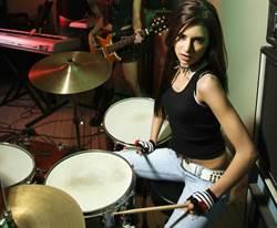性感鼓手穿比基尼打鼓 超兇節奏感百萬人看呆