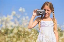 女兒散步主動幫拍照 爸一看照片傻眼了
