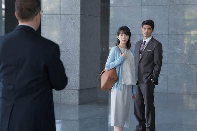 梁正群在《路》中飾演的台灣高鐵運行協理,每次出場總是西裝亮相。(公視提供)