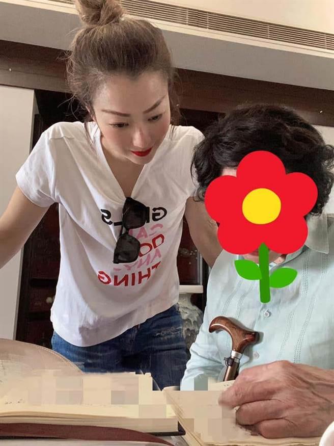 鄭秀文(左)陪母親練字。(翻攝鄭秀文臉書)