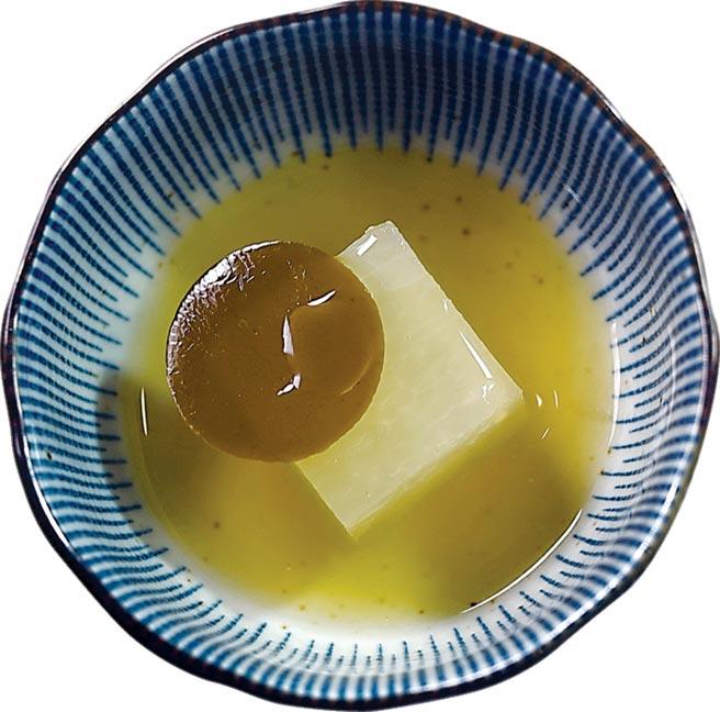 〈冬瓜.番茄.海帶〉以番茄製作濃縮清湯,並加了昆布增加風味,冬瓜浸泡於濃縮番茄湯裡蒸煮,再加入柚子汁與充滿鮮味的海帶。圖/姚舜