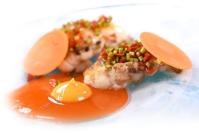 〈蝦蛄.紅蘿蔔.水蓮〉的提味醬汁,是用發酵胡蘿蔔汁與用蝦蛄頭熬的高湯混合乳化,鹹鮮甘酸交融,夏天吃來很開胃。圖/姚舜